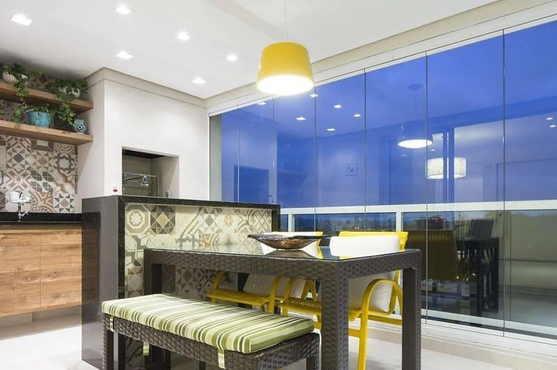apartamento decorado varanda gourmet com mesa e banco c+h arquitetura 12178