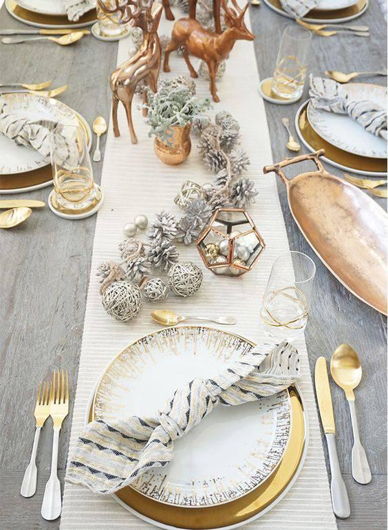 arranjos de natal para mesa com bolas e pinhas prateados