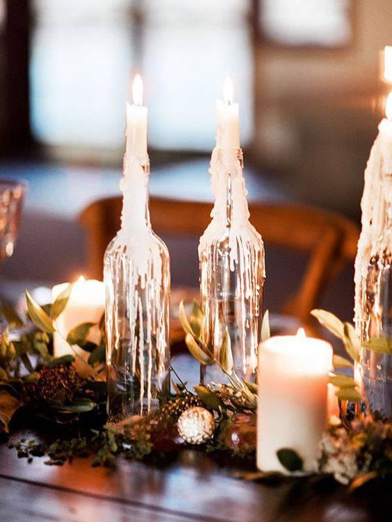 arranjos de natal para mesa com garrafas e velas