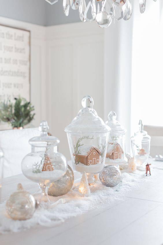 arranjos de natal para mesa com vasos de vidro