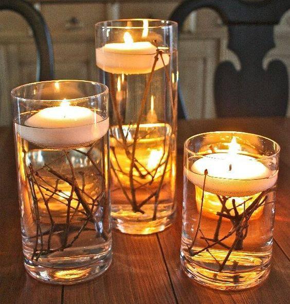 arranjos de natal para mesa copos com galhos secos e velas