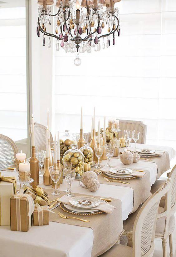 arranjos de natal para mesa dourado e bege