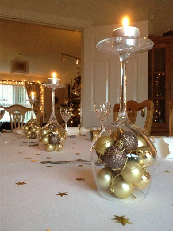 arranjos de natal para mesa taças com bolas e velas