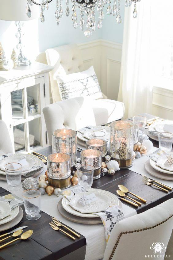 arranjos de natal para mesa vasos prateados e velas