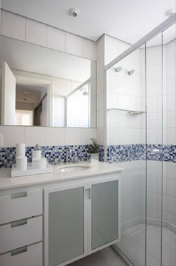 banheiro de apartamento decorado com faixa de pastilhas Foto Leo Shehtman