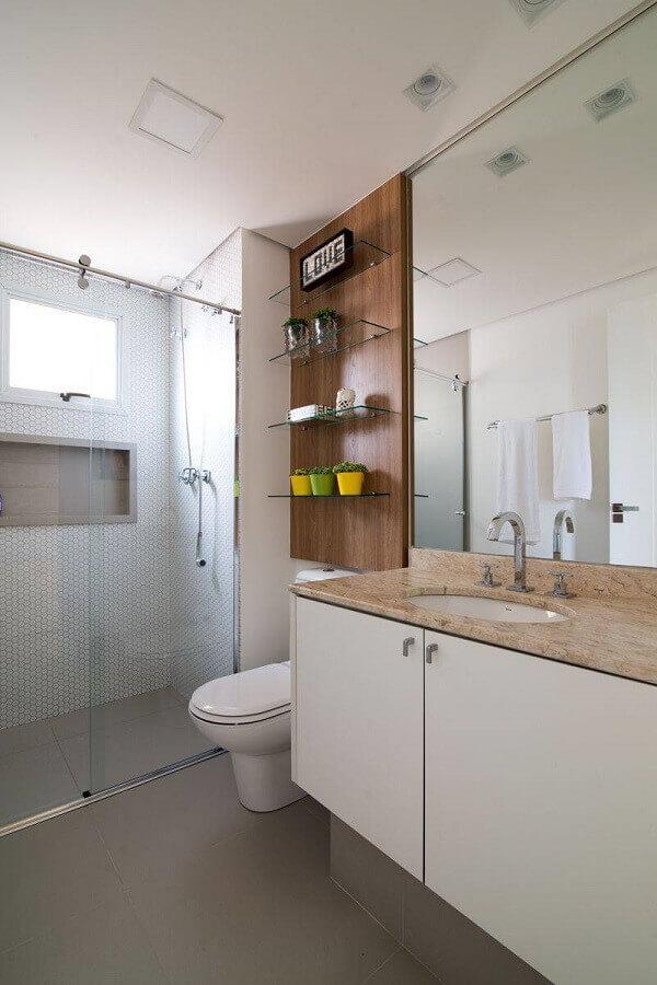 banheiro de apartamento decorado com painel de madeira e prateleiras de vidro Foto Danyela Correa