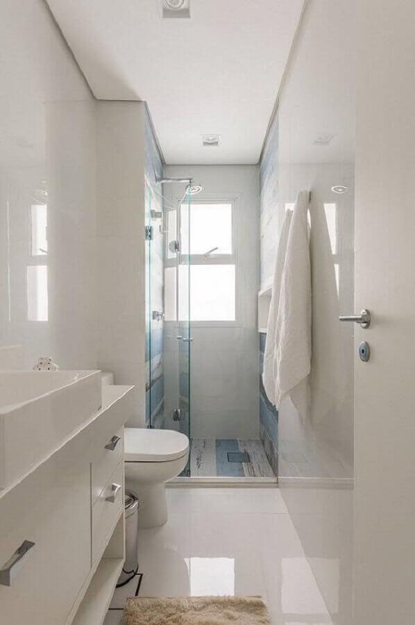 banheiro de apartamento decorado pequeno todo branco Foto Idealizzare Arquitetura