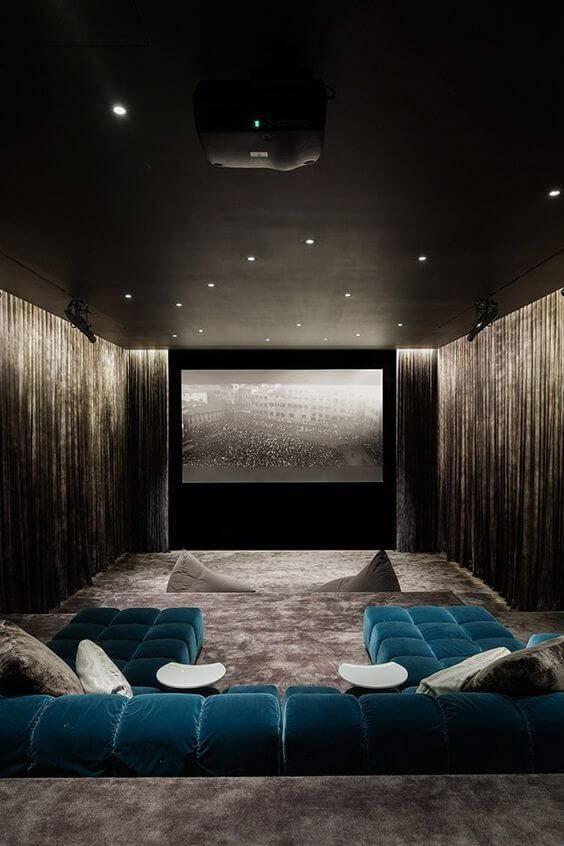 cinema em casa cinza com sofa contrastante