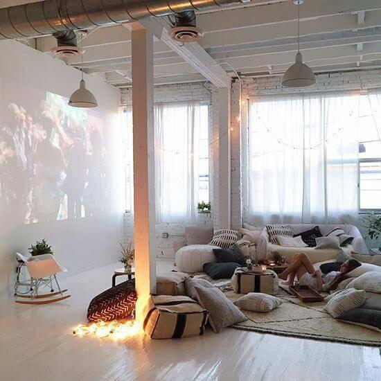 cinema em casa com almofadas e luzes