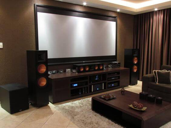 cinema em casa com caixas de som