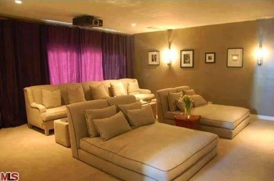 cinema em casa com camas futon