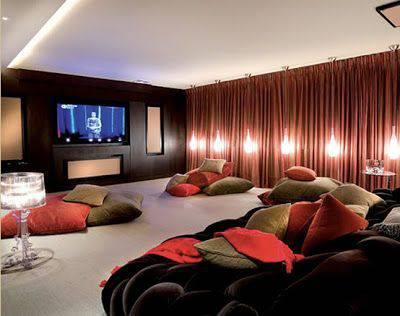 cinema em casa com cortina lateral e almofadas no chão
