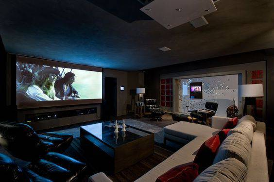 cinema em casa com mesa de centro de vidro