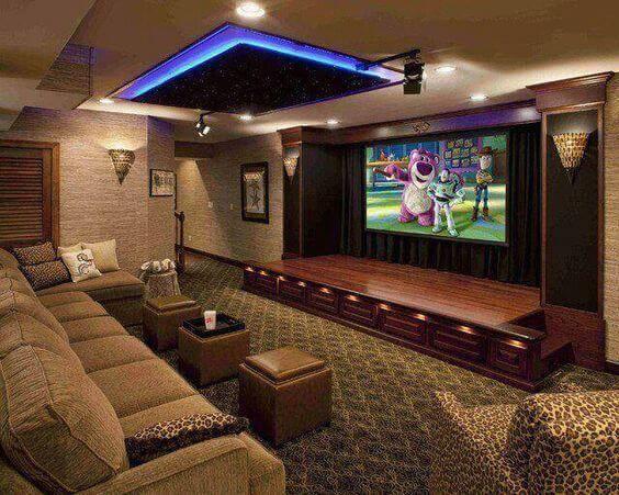 cinema em casa com palco e arandelas
