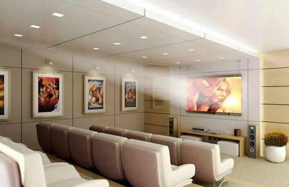 cinema em casa com poltronas claras