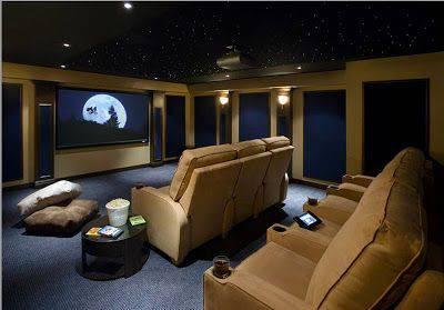 cinema em casa com poltronas e carpete azul