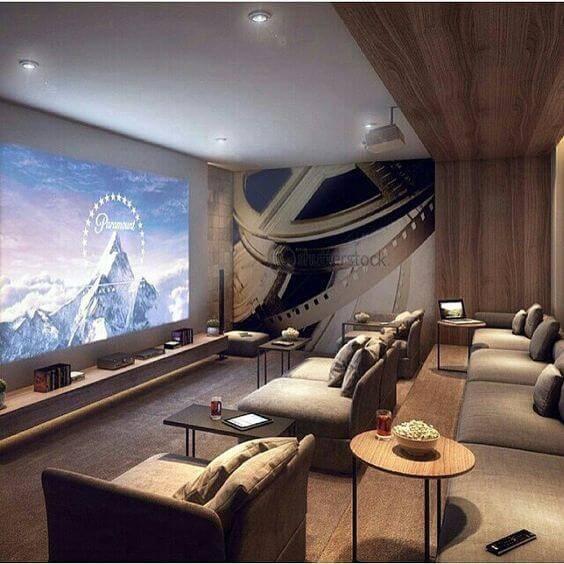 cinema em casa com poltronas e mesinhas