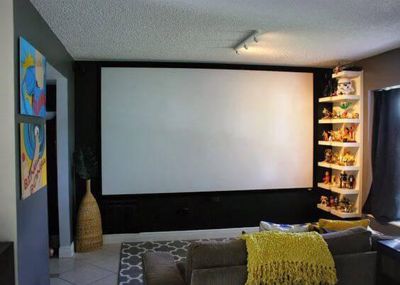 cinema em casa com prateleira de figuras