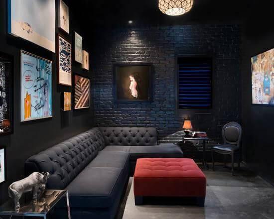 cinema em casa com sofá e apoio para pes vermelho