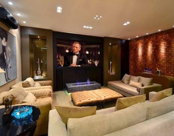 cinema em casa com sofas variados