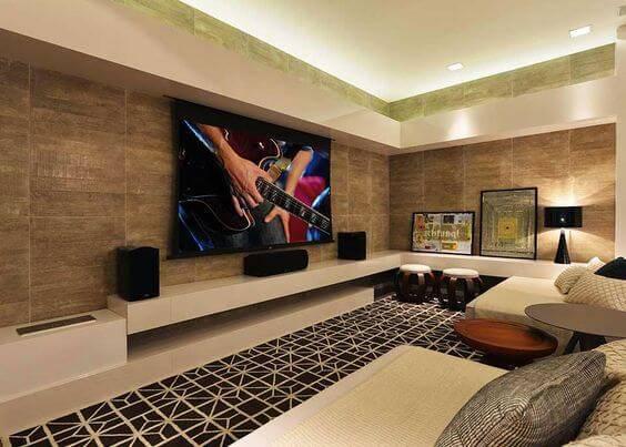 cinema em casa com tapete e rack em u