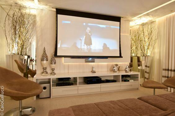 cinema em casa com tela de projecao e rack
