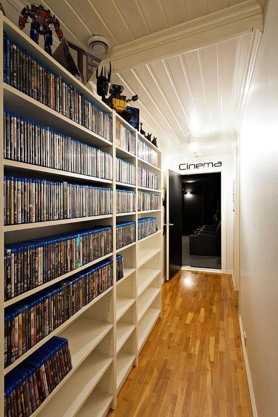 cinema em casa prateleira de filmes