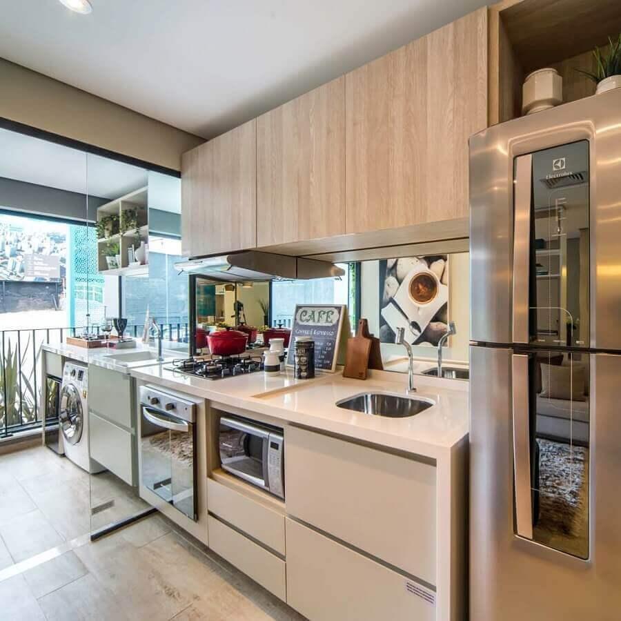 cozinha de apartamento decorada em cores claras com varanda integrada Foto Webcomunica