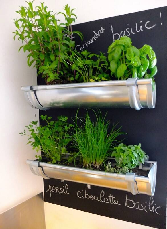 horta suspensa com canos de aluminio e parede de lousa