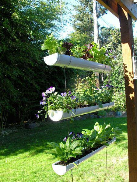 horta suspensa com canos de pvc na varanda