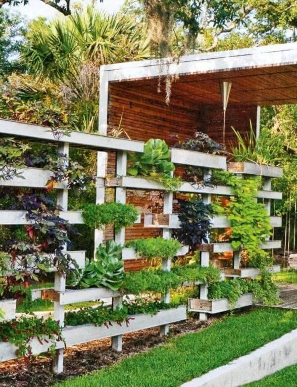 horta suspensa com estantes de madeira