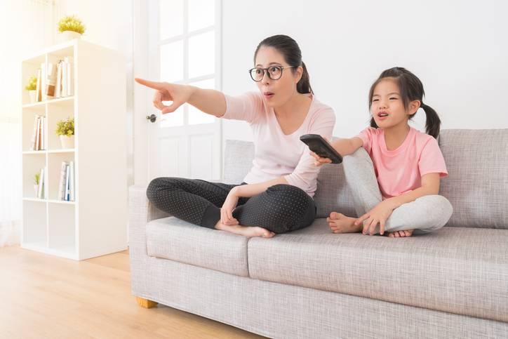 Assistir televisão com filho