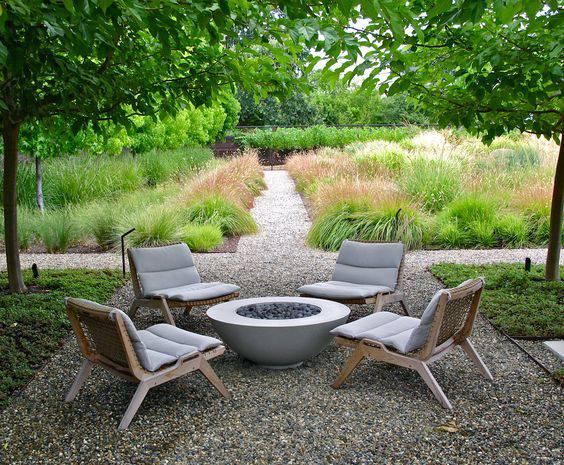 moveis para jardim cadeiras e vaso