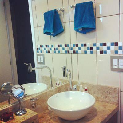 revestimento para banheiro pastilha adesiva azul e branca