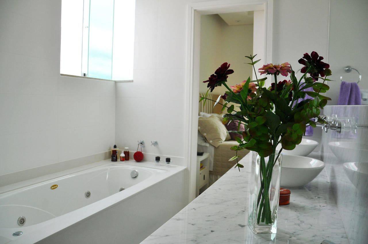 Revestimento para Banheiro 40 Ideias com Tinta e Pastilhas Adesivas -> Arquitetura De Banheiro Com Banheira