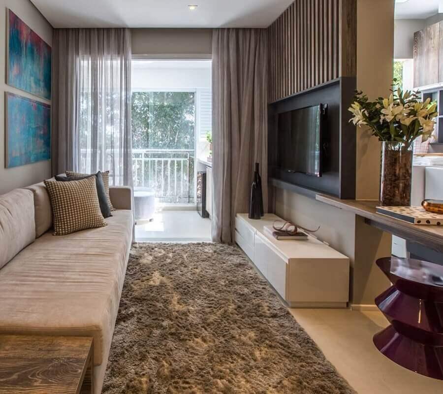 sala de apartamento decorado com painel de madeira e cozinha americana Foto Pinterest