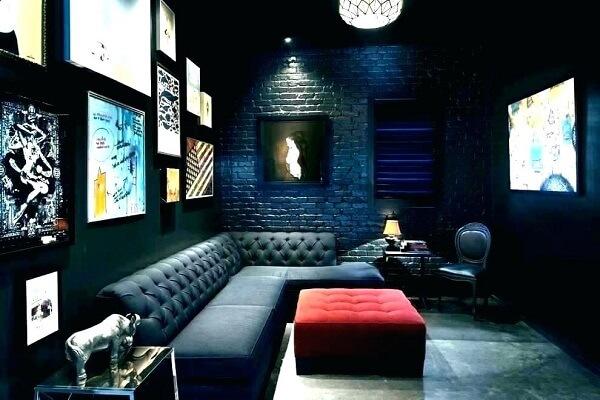 Cinema em casa com sofá de capitonê