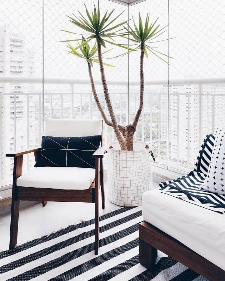 varanda de apartamento decorado com poltronas e tapete listrado Foto Apartamento 203