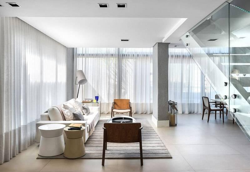 Abajur de chão com cúpula grande como luminárias para sala projeto de Leonardo Muller