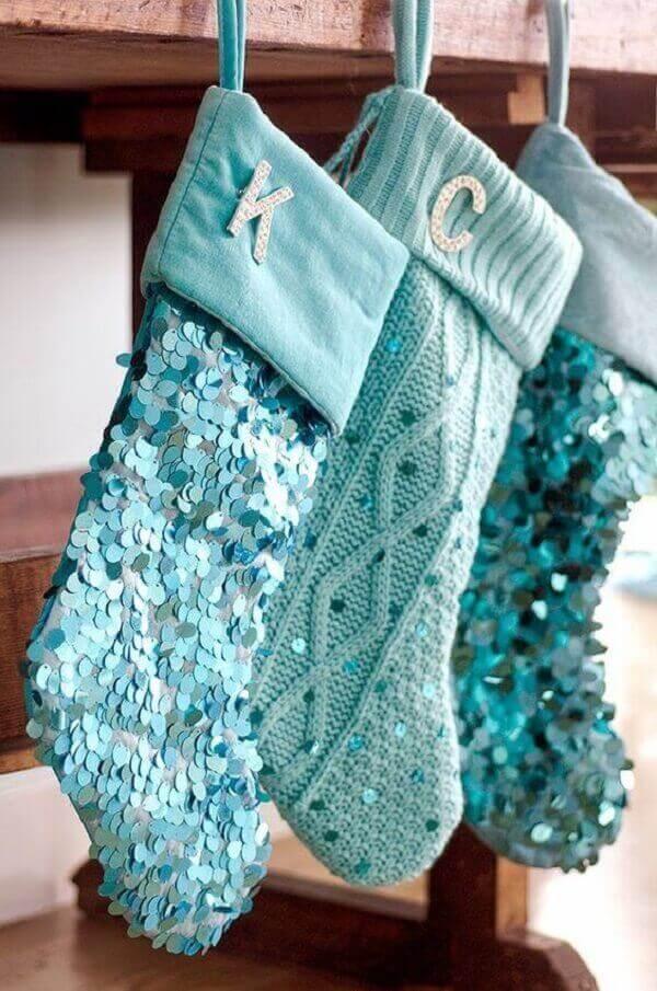 Artesanato de natal meias penduradas e coladas com lantejoulas