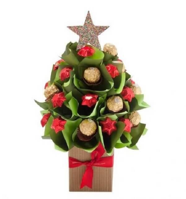 Lembrancinha de natal árvore decorada com papel e bombons