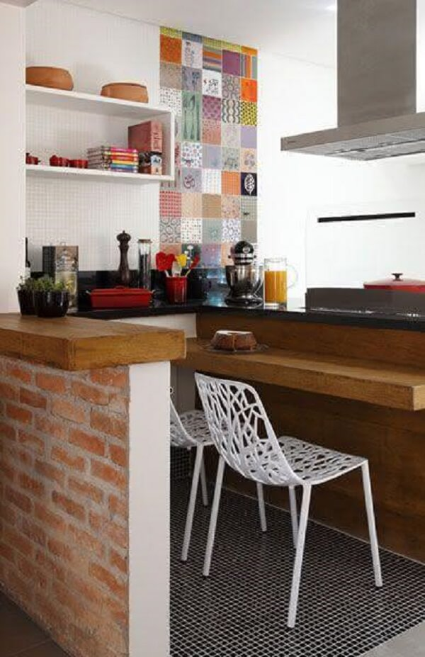 Que tal usar pastilha preta para compor os pisos da cozinha