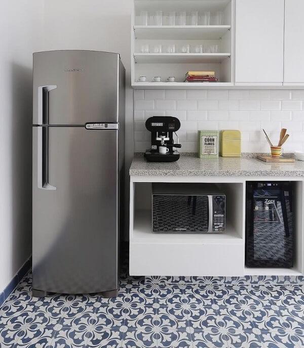 Se os pisos da cozinha chamam a atenção procure decoração os demais espaços do ambiente de uma forma mais clean