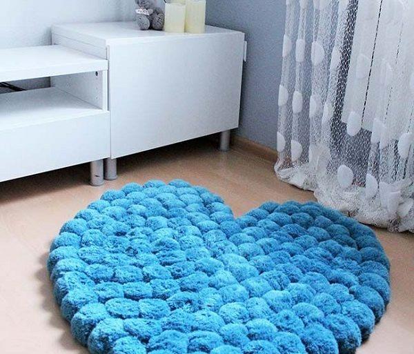 Tapete de pompom em formato de coração azul