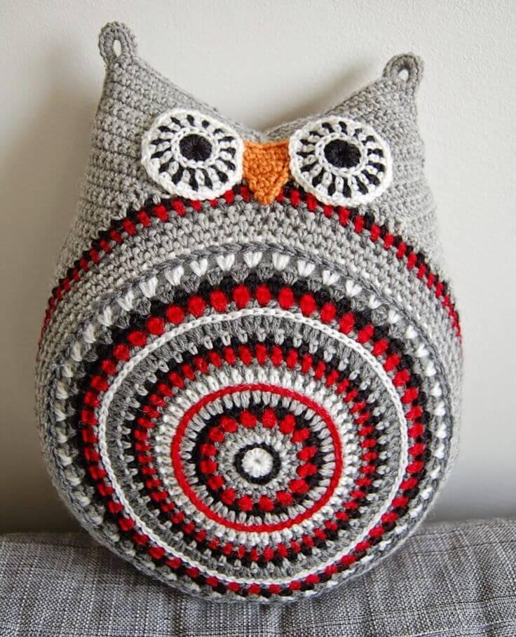 almofada bege e vermelho Coruja de Crochê