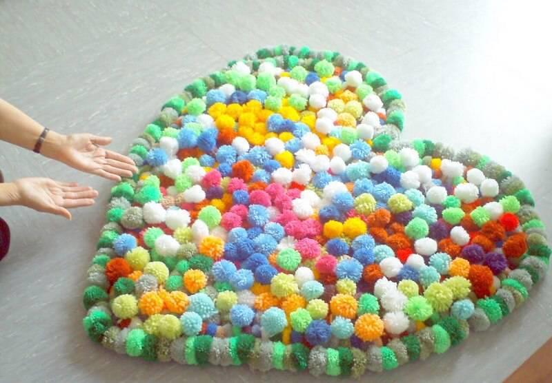 como fazer tapete de pompom coração colorido