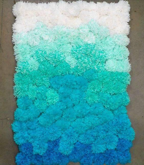 como fazer tapete de pompom degradê azul