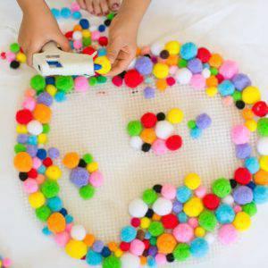 como fazer tapete de pompom passo 4