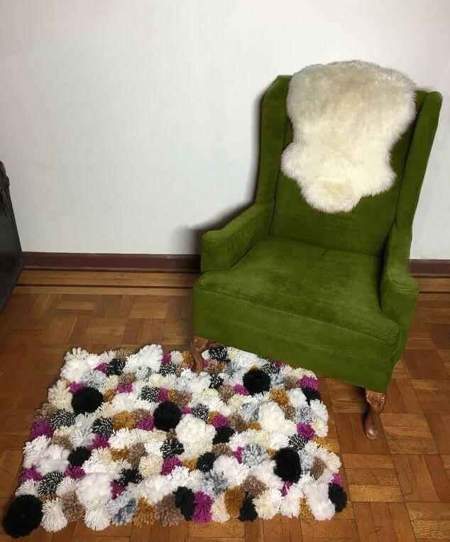 como fazer tapete de pompom poltrona