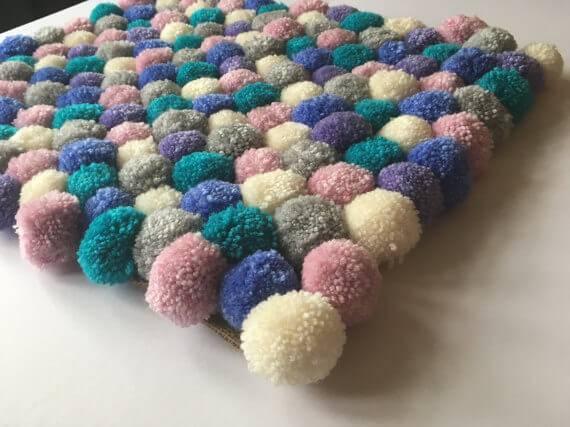 como fazer tapete de pompom tons pasteis